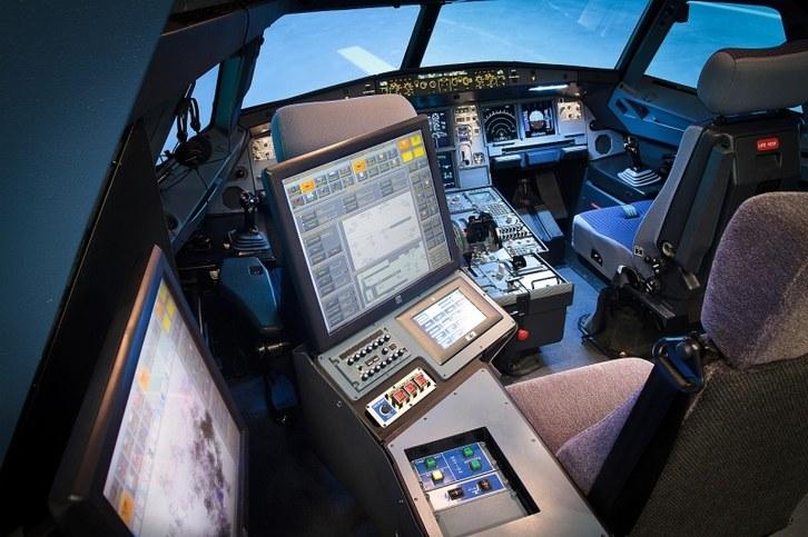 Cabina 2 Sim A320 con posición Instructor Indra.jpg
